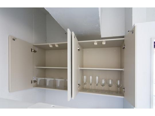 キッチンには収納棚があり、とても便利