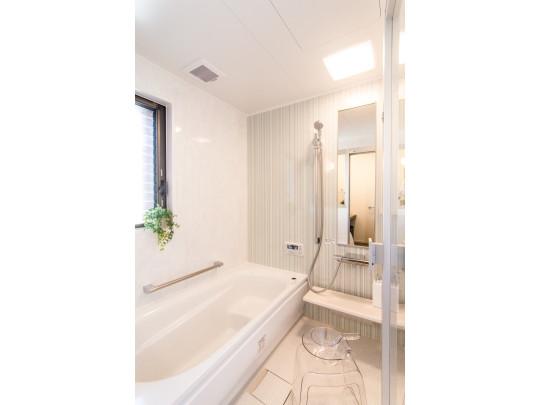 バスルームには棚も設置されておりとても便利