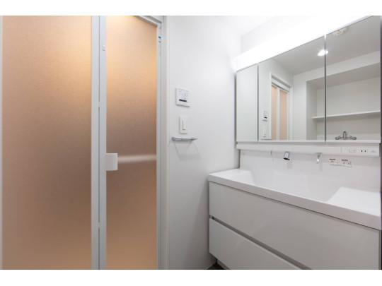 ピカピカの洗面台は広々と使いやすく、三面鏡で身だしなみチェックもしやすいです。