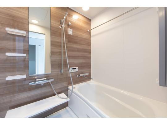 ゆったり入れる広さと高級感あるデザインがうれしいお風呂。もちろん追い焚き付きで便利です。