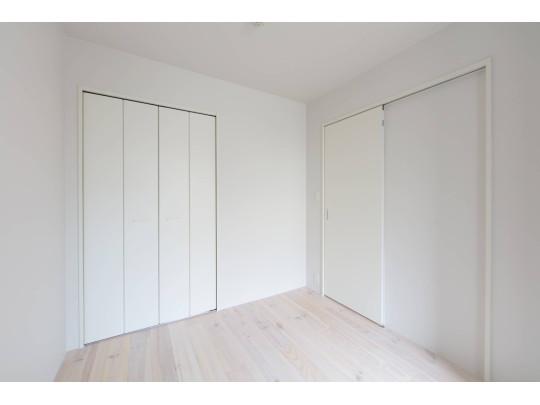 寝室や書斎に使えるもう一つの洋室。シンプルで使いやすくクローゼットもあります。