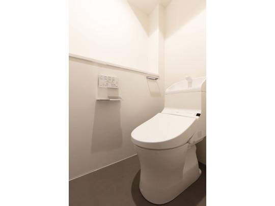 トイレは温水洗浄暖房便座です。洗面ボウルが深ひろで水はねがしにくく、手洗いがしやすいタイプです。