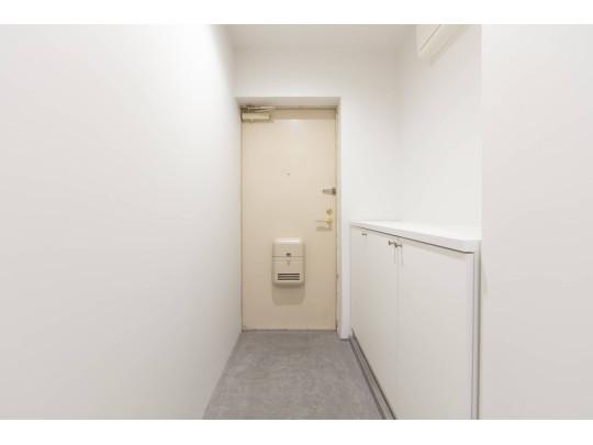 玄関にはシューズクロークが備わっているので、常にすっきりとした玄関を保て、靴が増えても安心です。