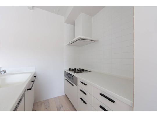 コンロは壁側に。収納も十分にあり、動線効率のいいキッチンです。