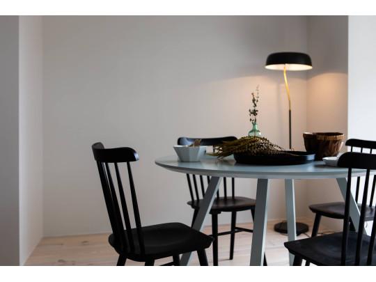 白を基調とした部屋に映える家具。