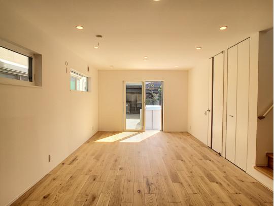 無垢調の床とダウンライトは、カウイエのこだわり。飾らず、素朴に、贅沢に。ずっと暮らすお家の中だから。