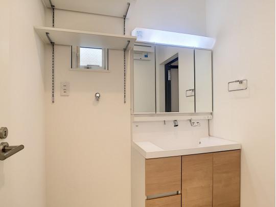 ワイドタイプの洗面台と、可動棚を取り付け、使いやすさにこだわりました。