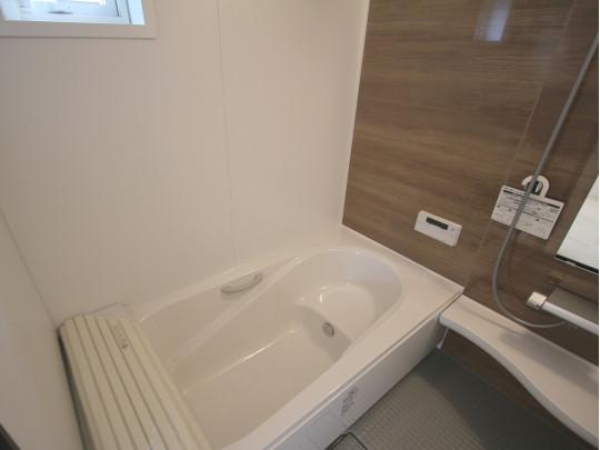 ゆったり一坪タイプのお風呂。小窓がついています。