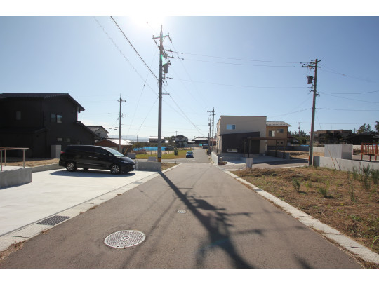 前面道路は最近作られたものなので綺麗です。(googleマップにまだ表示がありません)