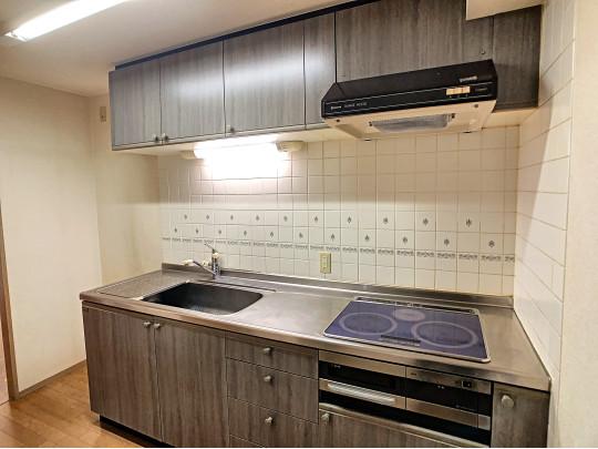 シンプルなコンロシンク作業台が一列に並んだシステムキッチンです。