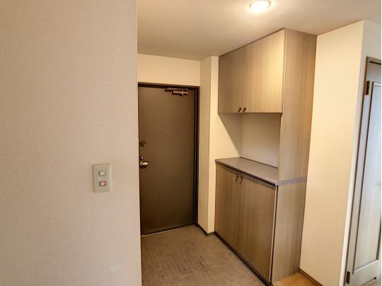 シンプルな玄関で、下足入れ吊り戸棚があります。