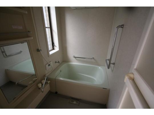 小ぶりですが清潔感のあるお風呂です