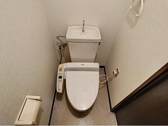 清潔感のあるゆったりとしたトイレです