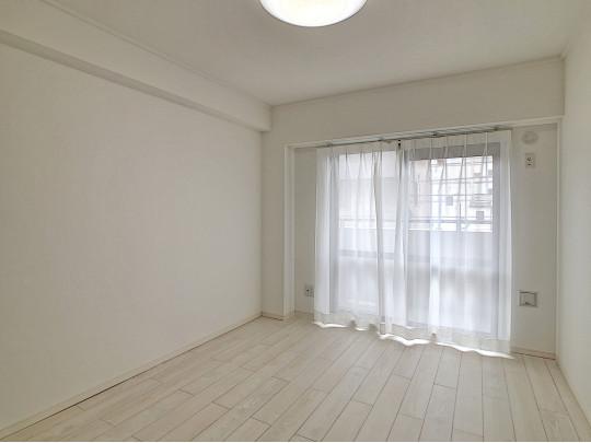 6帖の洋室です、白を基調にした清潔な印象のお部屋です