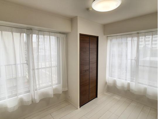 窓の向こうは二面バルコニー。