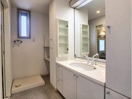 洗面所にも窓があり換気も楽々です