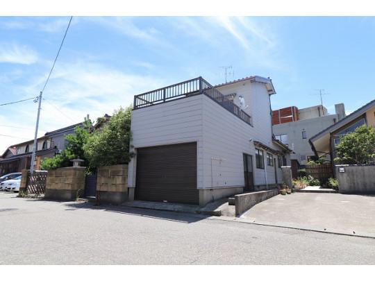 周辺には美川小学校、美川駅があり、家族みんなが住みやすい場所