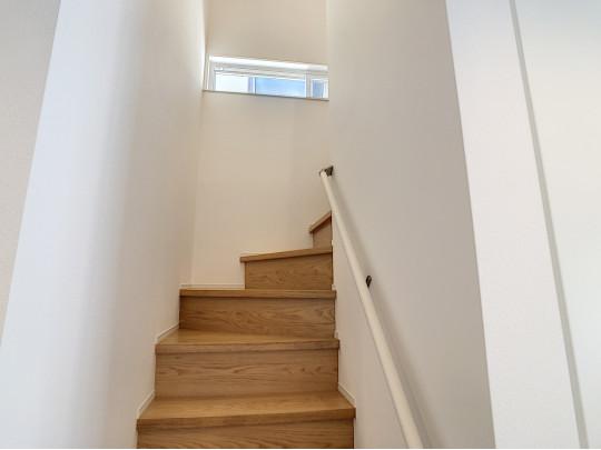 階段の窓から採光を取り入れられます。