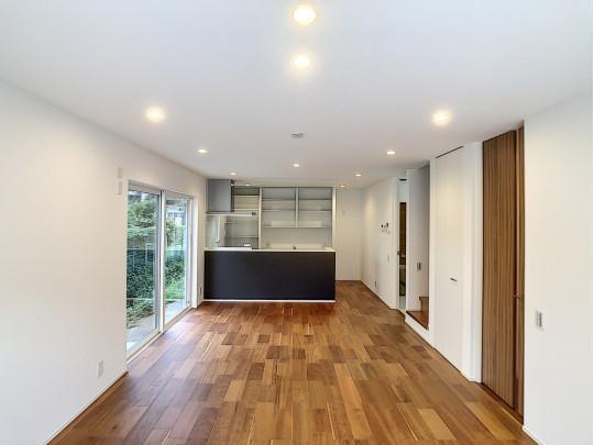 無垢調の床とダウンライトでホッとできる20帖の明るいLDK。