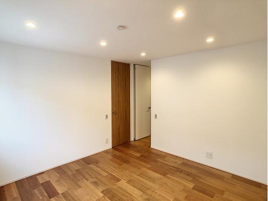 8帖の洋室はウォークインクロゼット付きの洋室です。