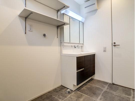 広めの洗面所には洗濯機上部にも棚があります