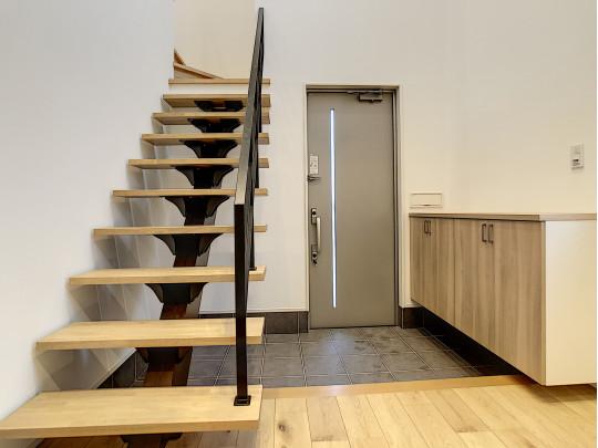 ステップ階段で明るさも十分です