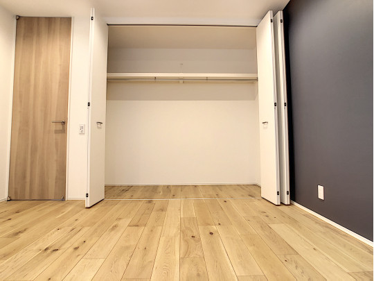 寝室には大きなクローゼットがあり収納量も多いです