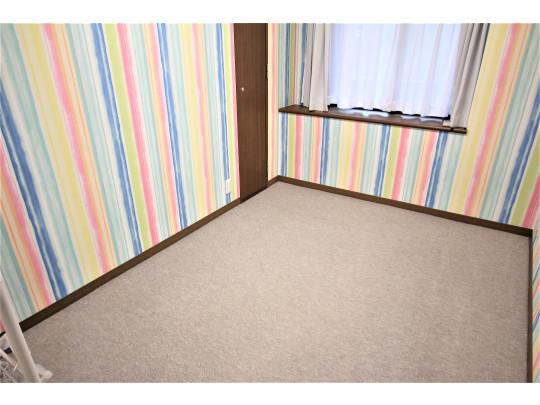 明るい壁紙が印象的なお部屋