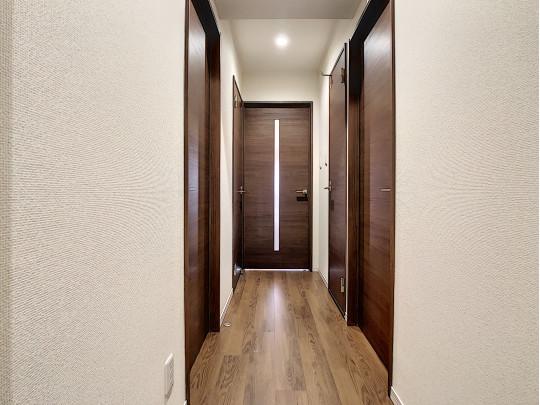玄関側から見た廊下。