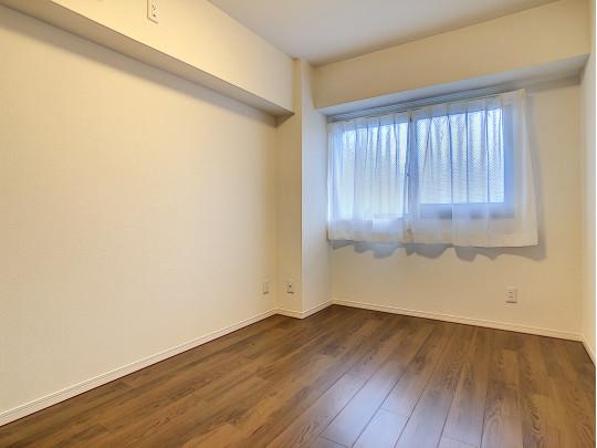 玄関入って右側の洋室です。