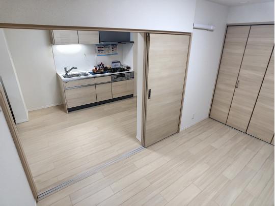 キッチン前、6.7帖の洋室です