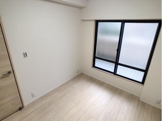 収納と窓が付いている明るい洋室です