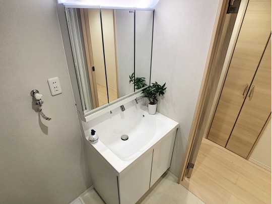 三面鏡が便利な洗面スペースです