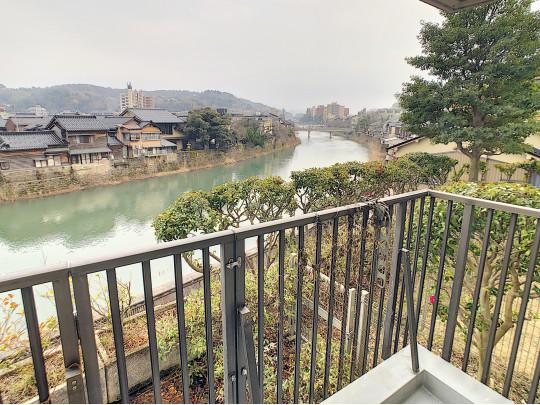 浅野川沿いでお部屋から眺める景色は最高です