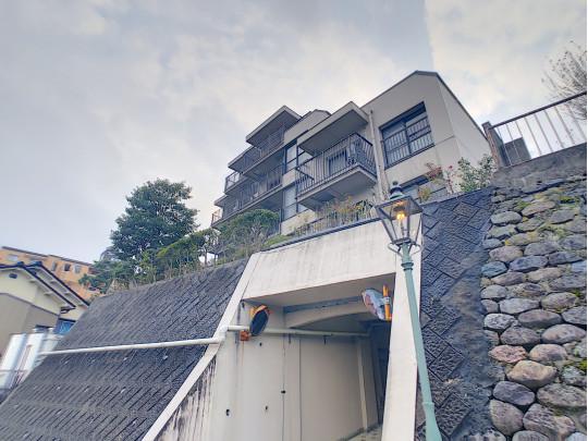 高台に位置したマンションです