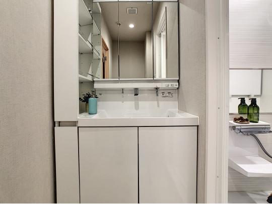 左サイドに収納をそなえた洗面台はコンパクトながら使い勝手のよい空間です