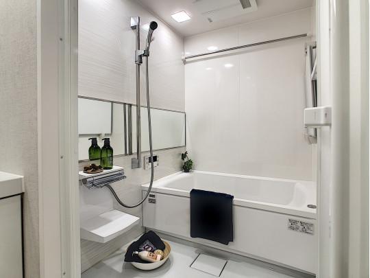日々の疲れを癒す、追焚き・暖房乾燥機付きの浴槽です
