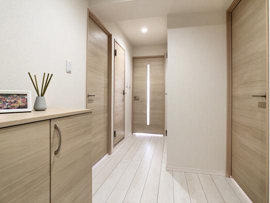 玄関を入ってすぐの写真です。ナチュラルな扉と同様のシューズボックスがかわいいです