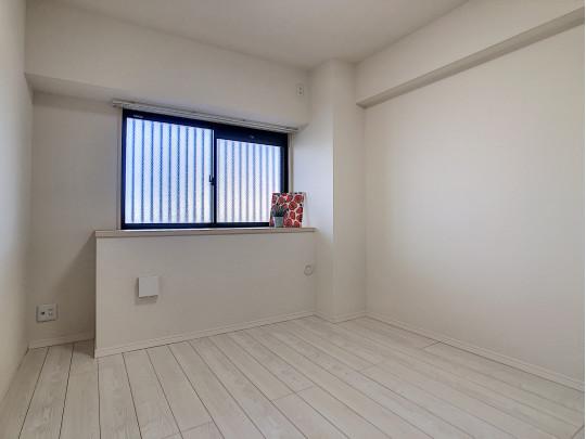 5.7帖の洋室です。窓にカウンターがついており、お気に入りディスプレイを楽しめます