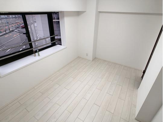 6.0帖の洋室です。窓辺にコーディネイトしやすいシンプルなデザインのフォルムと素材感の手すり
