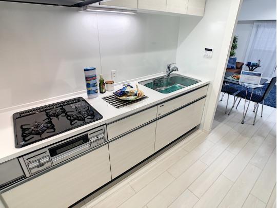 白で統一されたキッチンは明るく清潔感があり、家具や小物の色が映えます