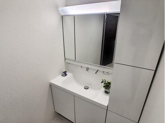 明るくお掃除の楽々な三面鏡洗面化粧台、収納力もバツグンです