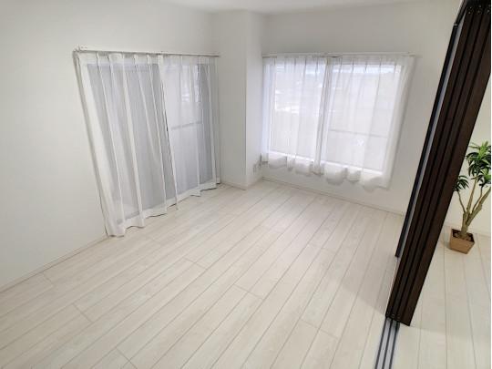 リビング横の7.7帖の洋室です。扉を開放して広々としたLDKとして活用することも◎