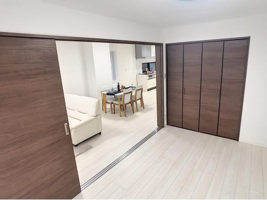 白で統一されたフローリングが明るく、家具を選ぶのも楽しみです