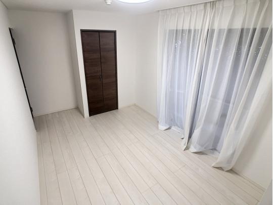 7.1帖の洋室は2面に窓があり、通風良好です