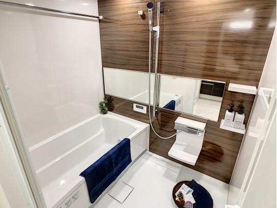 日々の疲れを癒す落ち着いた雰囲気の浴室も新規交換です。