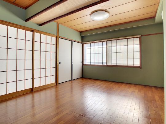 大きな窓がありますが、障子があることで目隠しになり、ぱあと明るい空間です。収納も十分です