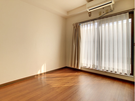 階段をのぼって右の手前の洋室です。大きな窓から入る日差し、朝が待ち遠しくなりそうです
