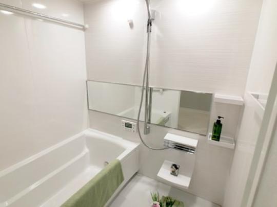 白で統一された明るい浴室も新品交換済みです。広い浴槽で日々の疲れも癒されます