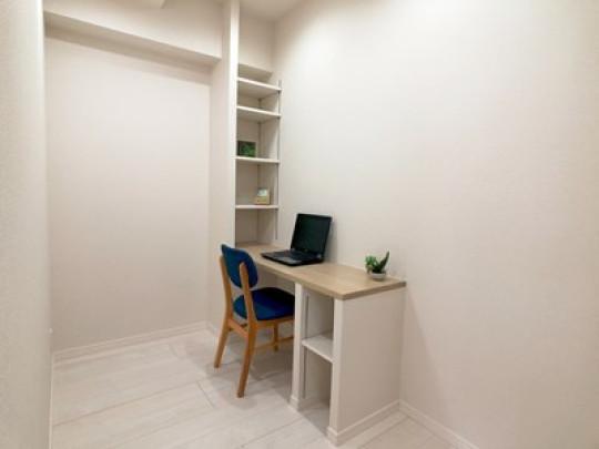 造作のテーブルと本棚が嬉しい書斎です。棚は高さ調節ができ、思い思いのものを収納できます